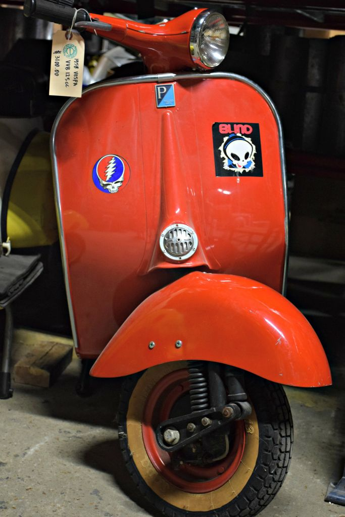 The front wheel evokes the landing gear found on the airplanes manufactured by Piaggio during World War II.